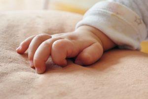 ママ,がんばっていました!小さな手,ママの胸へ